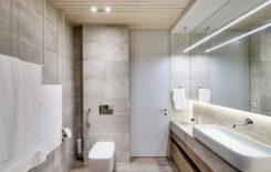 Интерьер ванной комнаты с деревянным потолком