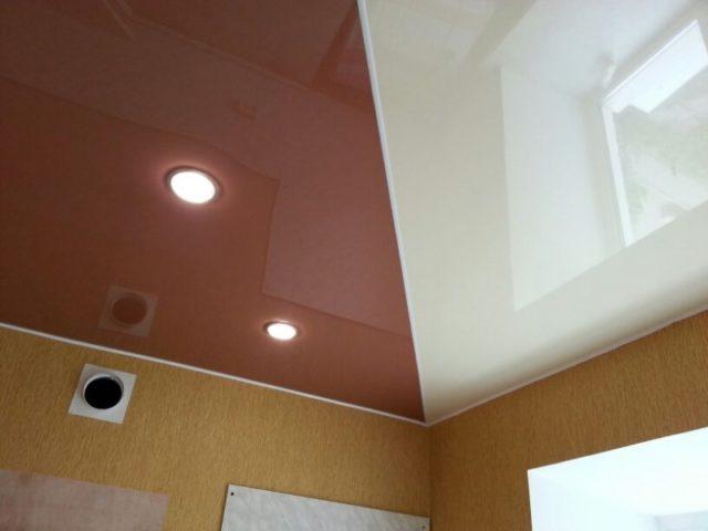 Двухцветный натяжной потолок с разделителем