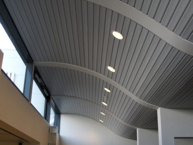 Металлический подвесной потолок в интерьере