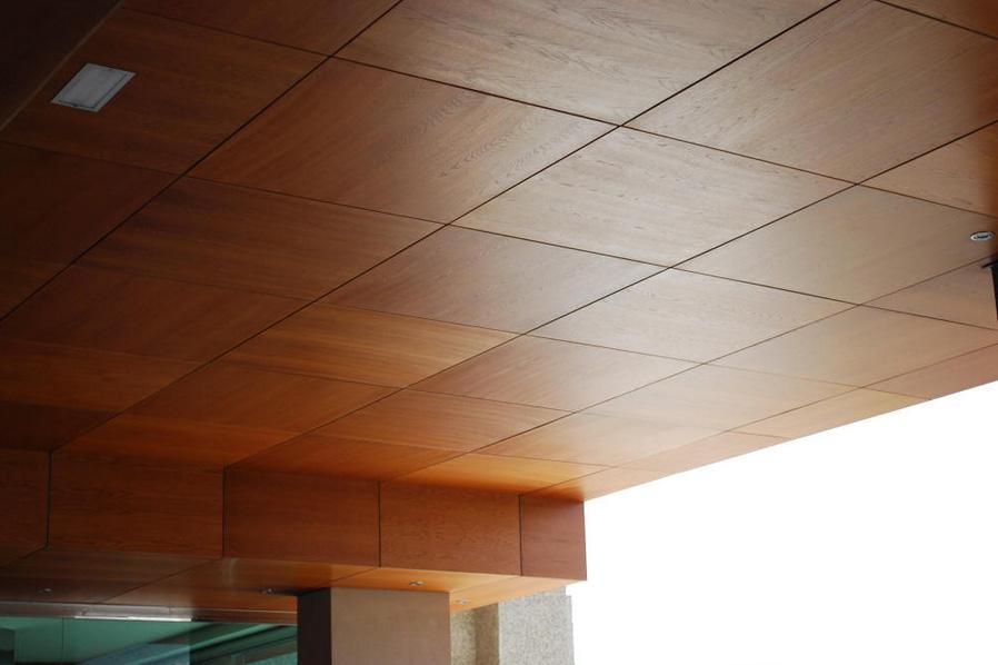 Потолок из ламинированного ДСП
