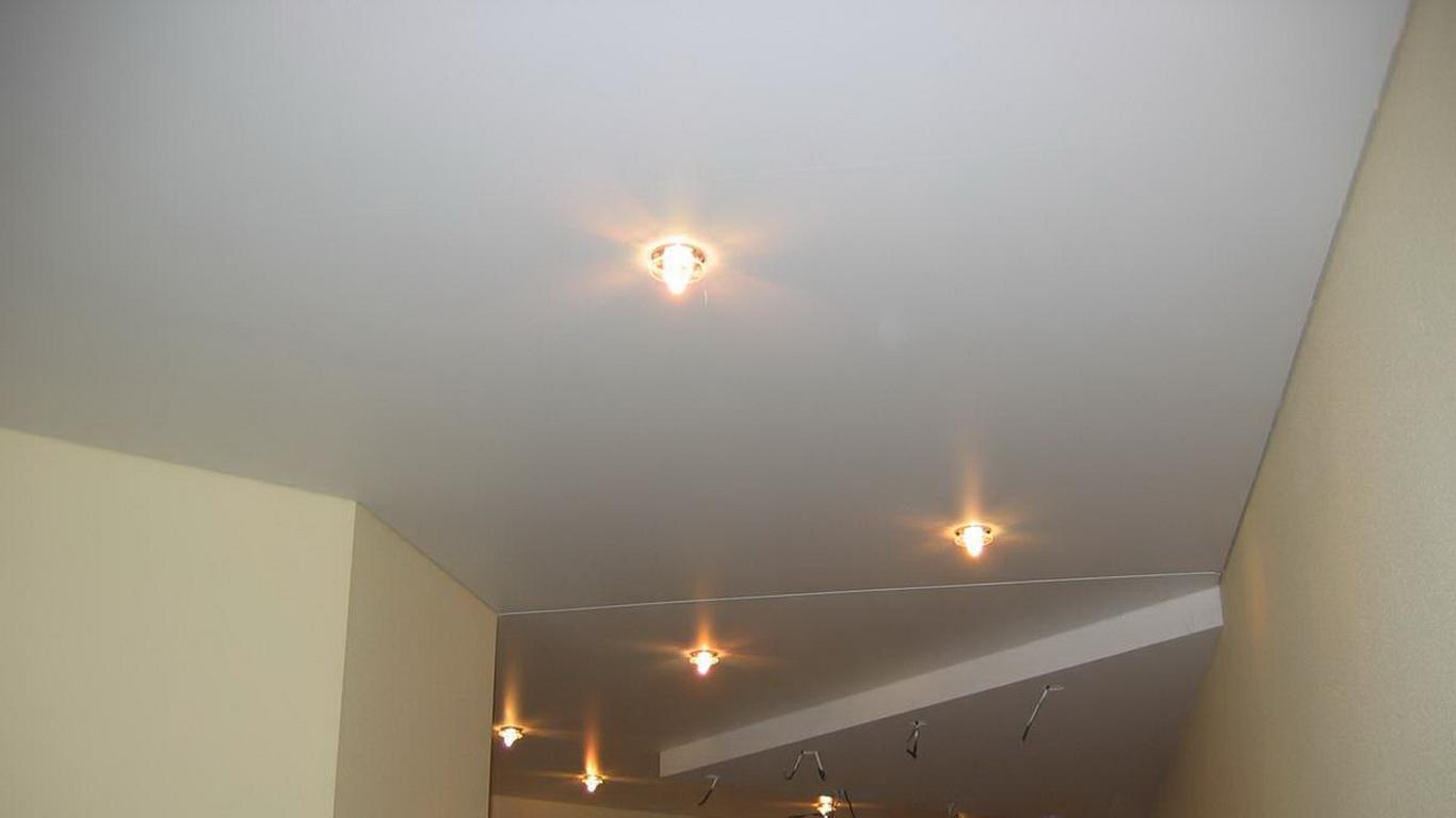 Натяжной потолок с разделителем