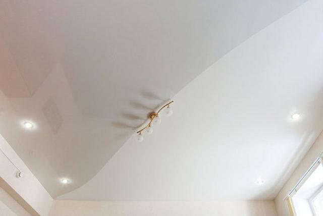 Натяжной потолок со швом
