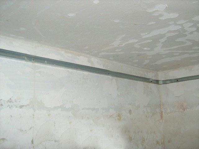 Установка UD-профиля по периметру потолка