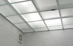 Подвесной стеклянный потолок в ванной комнате