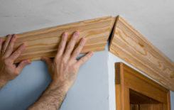 Как правильно крепить деревянный потолочный плинтус