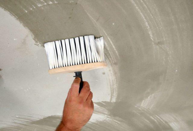 Покрытие потолка лаком