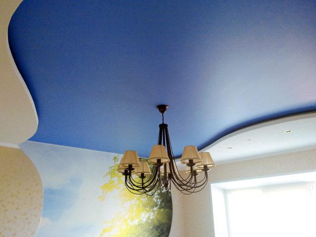 Синий матовый потолок