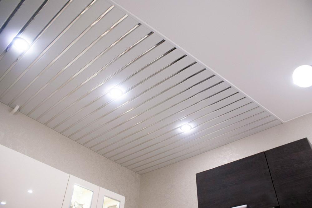 Встраиваемые споты на реечном потолке