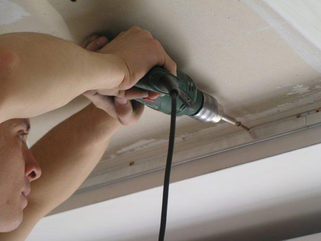 Монтаж направляющих багетов для натяжного потолка