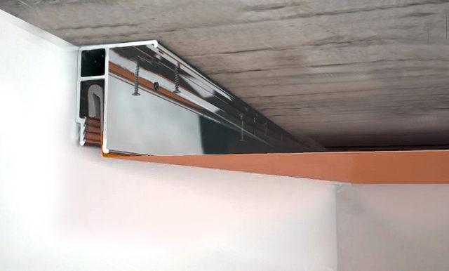Универсальный профиль может крепиться к стене и потолку