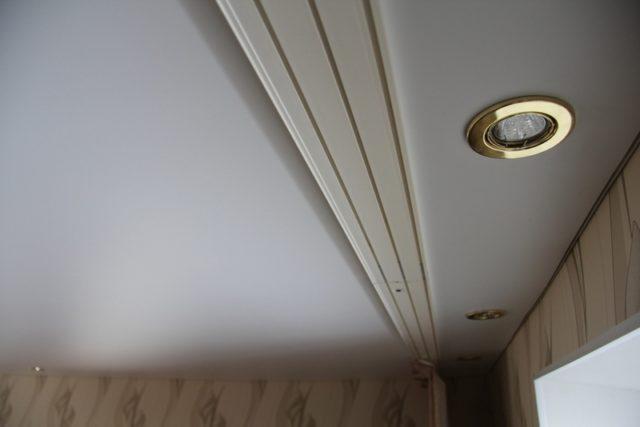Карниз для штор на натяжном потолке