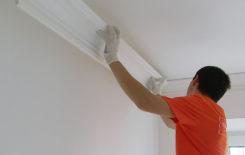 Поклейка плинтуса на натяжной потолок