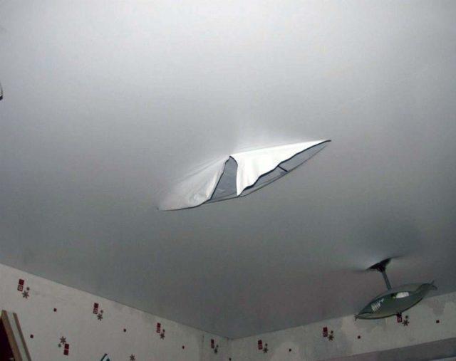 Порвался натяжной потолок