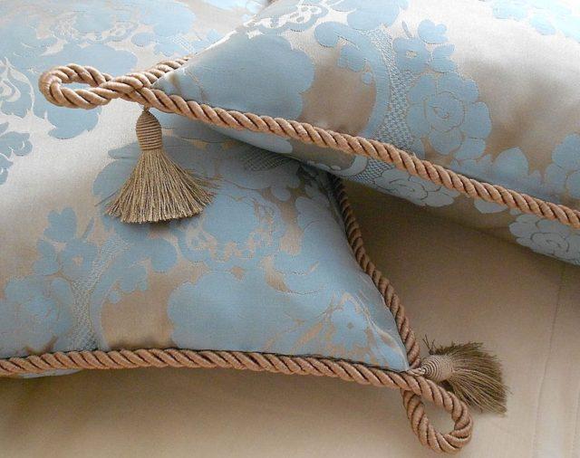 Декоративный шнур на диванных подушках