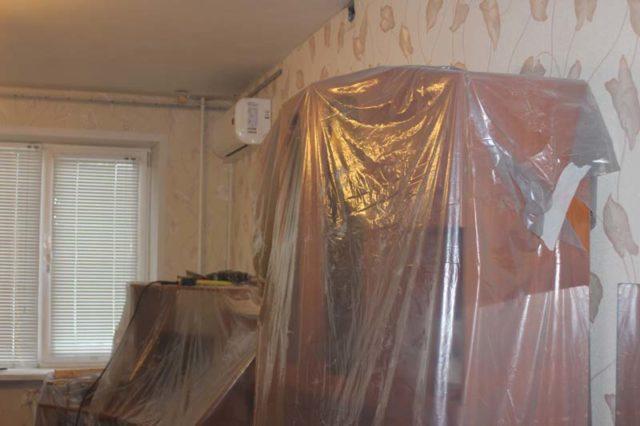 Мебель можно не выносить при достаточном пространстве для доступа к потолку