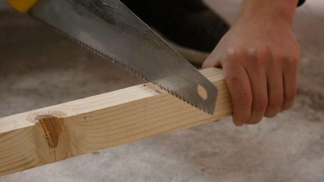 Отпиливание бруса необходимой длины