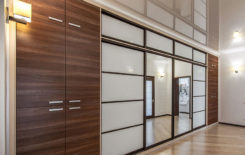Как совместить натяжной потолок и встроенный шкаф-купе