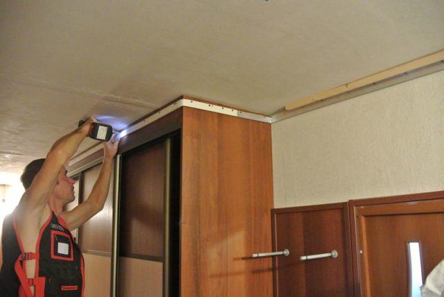 Крепление багетов к верхней планке шкафа