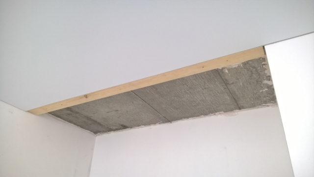Натяжной потолок с независимым креплением от дверей-купе
