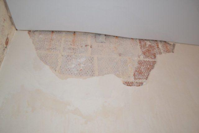 Багет отошел от стены
