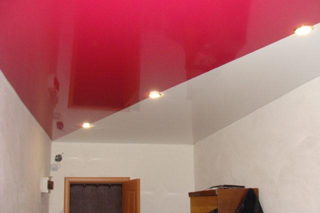 Двухцветный потолок красно-белый