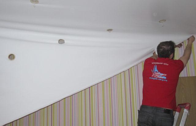Полотно с отверстиями от светильников не получится установить в другой комнате