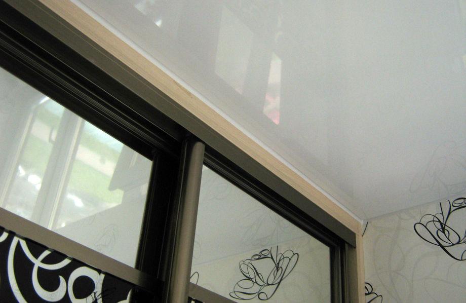 Шкаф-купе с натяжным потолком и фальш-панелью из ЛДСП