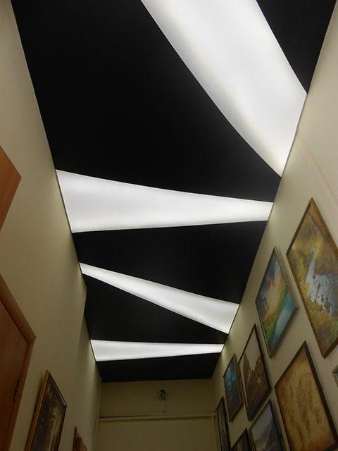 Черно-белый потолок зигзаг