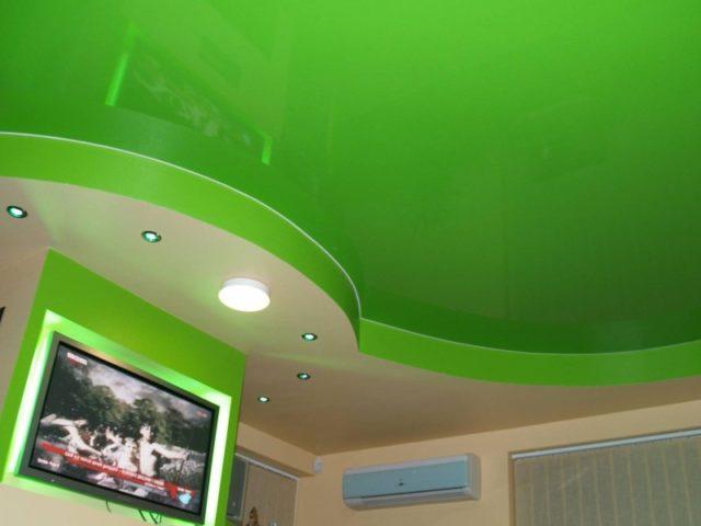 Яркий зеленый потолок