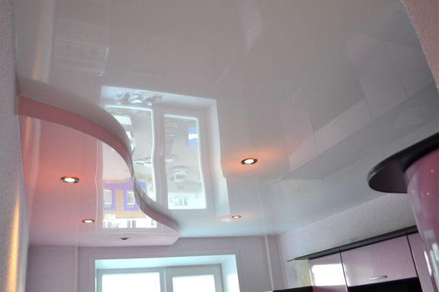 Нежно-розовый двухуровневый потолок