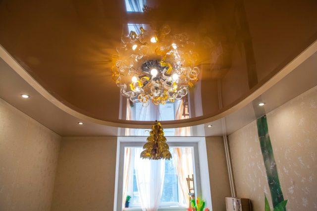 Освещение на глянцевом коричневом потолке