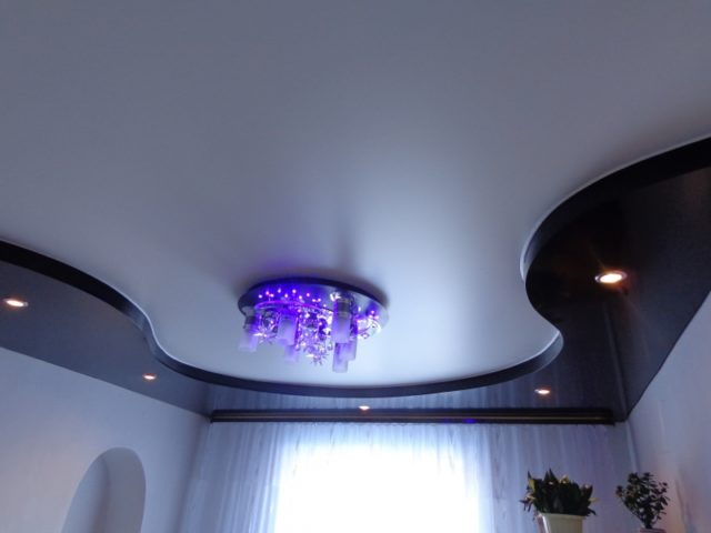 Черно-белый матовый потолок
