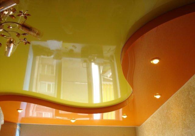 Желто-оранжевый двухуровневый потолок