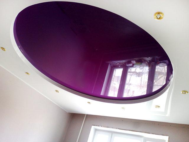 Двухуровневый потолок белый с фиолетовым