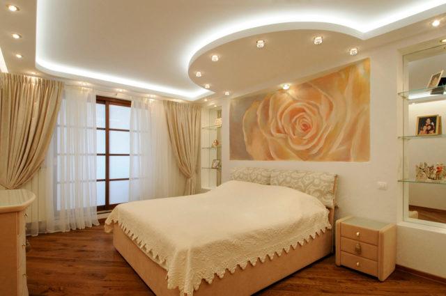 Потолок в спальне пастельного цвета