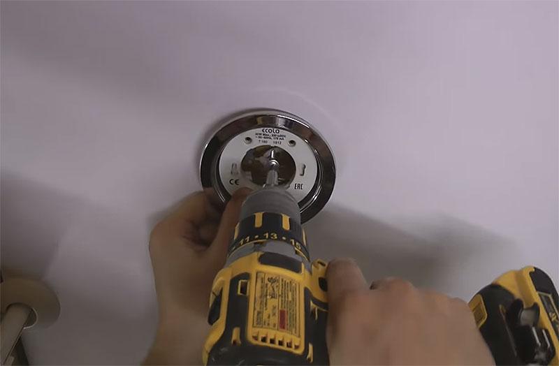 Светильник прикручивается через отверстие в цоколе