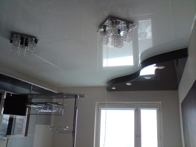 Двухуровневый потолок черно-белый