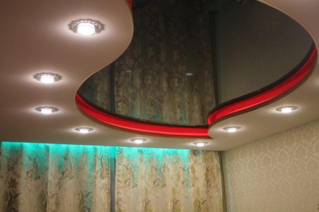 Двухуровневый потолок с диодной лентой и точечными светильниками