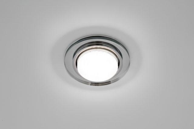 Точечный светильник на натяжном потолке