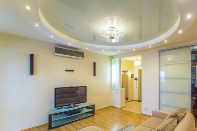 Двухуровневый потолок в зале пастельных тонов