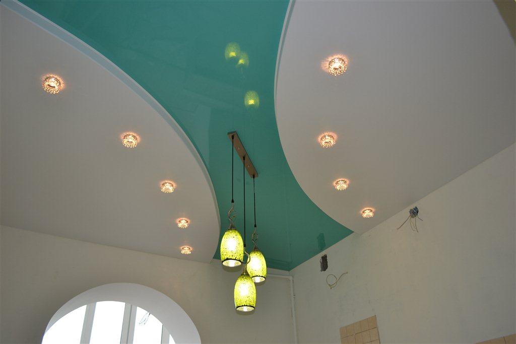 Бело-бирюзовый двухуровневый потолок