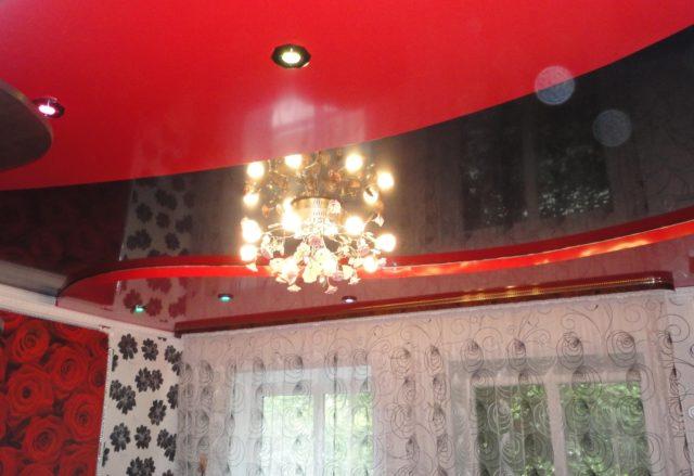 Черно-красный двухуровневый потолок