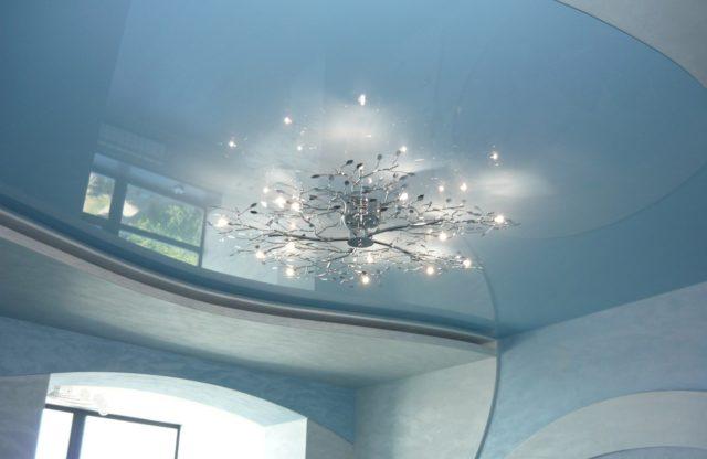 Потолок с нежно-голубым отттенком
