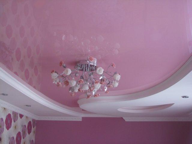 Двухуровневый потолок белый с розовым