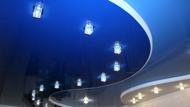 Ярко-синий натяжной потолок двухуровневый