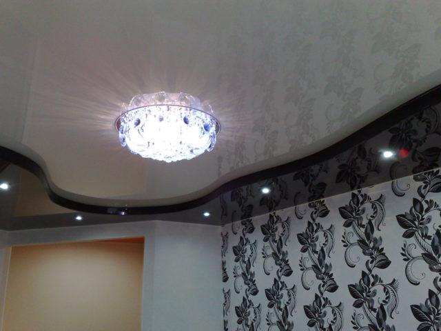 Люстра на черно-белом глянцевом потолке