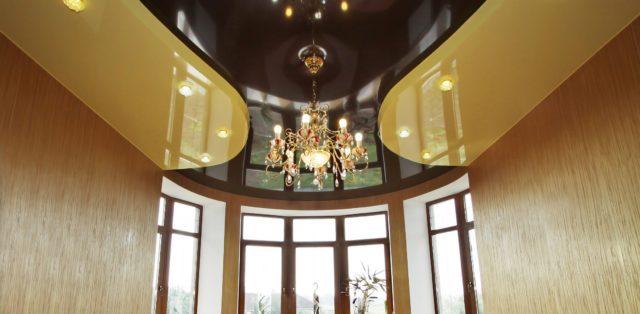 Двухуровневой глянцевый потолок с люстрой