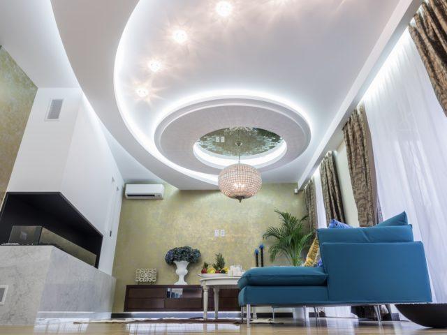 Двухуровневый потолок в зале с люстрой