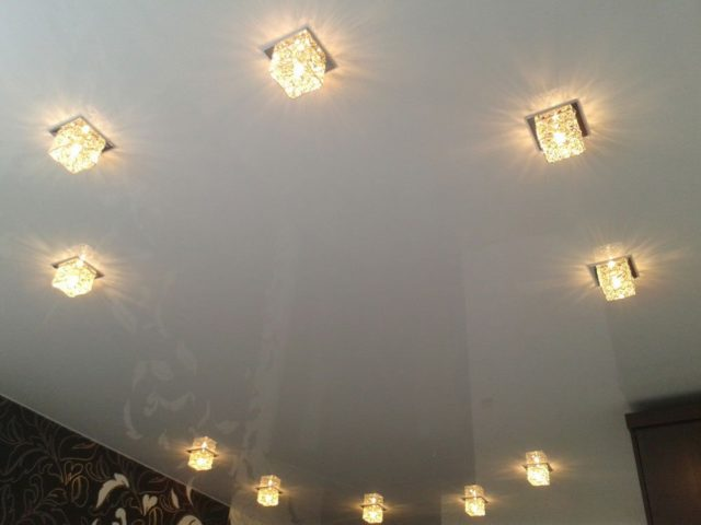 Накладные точечные светильники на потолке