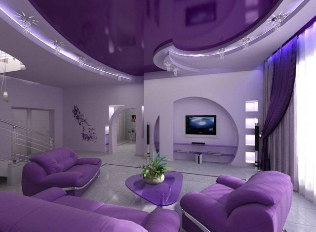 Натяжной потолок в гостиной фиолетовый